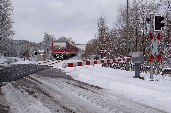 Winterlicher Bahnübergang